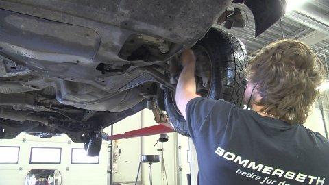Her sjekker en mekaniker fra Sommerseth om det er noen alvorlige skader eller mangler.