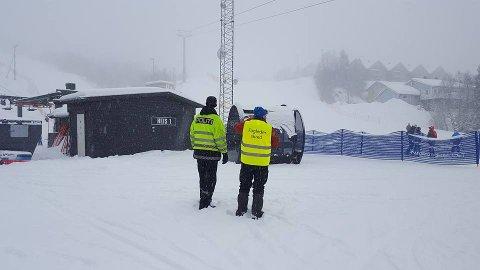 Politiet og Narvik Røde Kors Hjelpekorps i bunnen av Narvikfjellets anlegg i Fagernesfjellet.