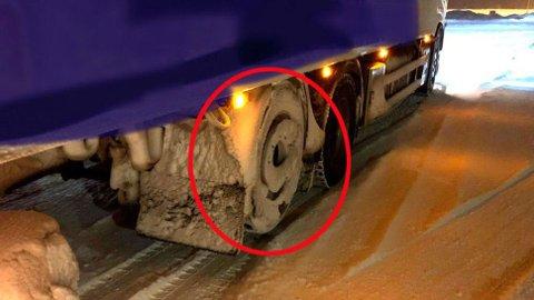 Vogntoget hadde bare to aksler i bakken da det kjørte inn til kontrollen og ble veid. Det ga et saftig gebyr. Foto: Statens vegvesen