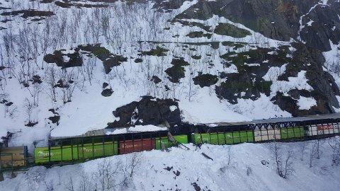 STORE SKADER: Oppsto på snøoverbygget og toget etter at snømasser sørget for kollaps 24. april i år.