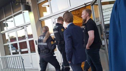 Politi: Etter at en person framsatte trusler om vold, troppet politiet mannssterke opp på Malmen pub natt til lørdag.