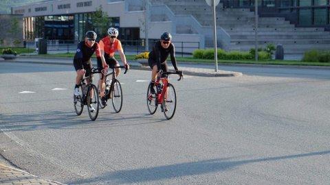 Her sykler Erlend Sundstrøm gjennom Narvik sentrum. Med var Tommy Eide og Per Inge Lyngvær fra Narvik Cykleklubb.