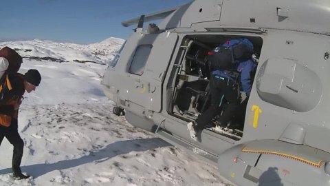 REDNINGSAKSJON: Her berges fire ned fra fjellet i Tysfjord av helikopter søndag.