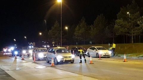 Feil på lysene er en gjenganger-feil på EU-kontroll av biler. Dette er også noe politiet og vegvesenet sjekker ute i trafikken. Foto: Statens vegvesen.