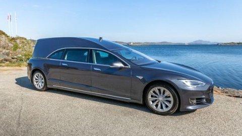 En Tesla ombygget til begravelsesbil ble den store klikkvinneren blant bilannonsen på Finn i fjor, med over 300 000 visninger. Foto: Karmøy Bilsenter as