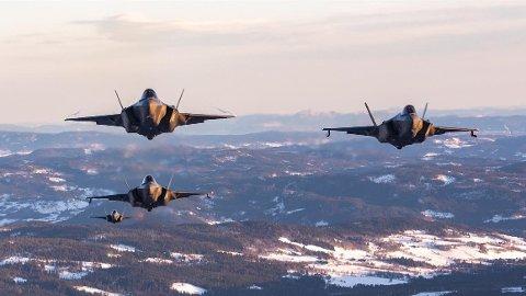 ENDELIG: De nye norske kampflyene F-35 var på Bardufoss onsdag. Foto: Luftforsvaret