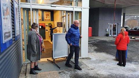 EVAKUERTE: Butikksjef på Rema 1000 Skistua, Øystein Haugen, fikk alle kundene ut da alarmen gikk. I en kort periode hersket det usikkerhet ved om butikken kunne holde åpent, men den ble åpnet igjen.