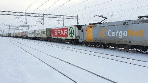 HOPER SEG OPP: Togene som ankommer Narvik er mange, og de er tunge. Kapasiteten på Narvikterminalen er sprengt, men penger til å bedre situasjonen uteblir. Her ser vi et av Cargonets tog på vei til Narvik.