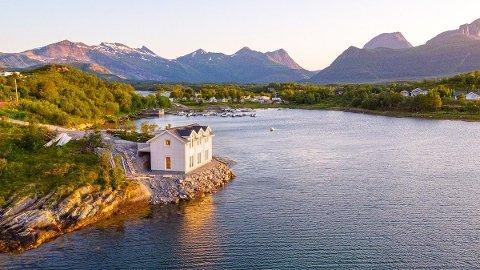 I VANNKANTEN: Denne fritidseiendommen ble mandag solgt for hele 4,5 millioner kroner. Noe som er ny priserkord på Skaugvoll.
