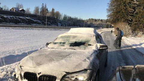 NEDISET: Denne bilen møtte Broom-redaktør Knut Skogstad tidligere i vinter, ute på en offentlig vei. Denne sjåføren kunne ikke se mye på sin ferd.