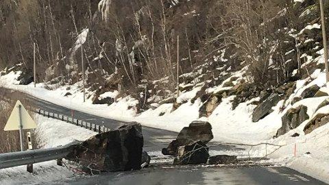 RASTE: Begge kjørefelt var sperret etter at disse steinblokkene hadde rast ned på Skjomenveien.