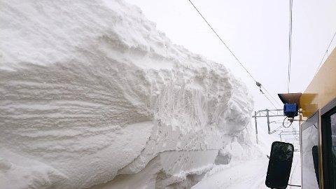 SNØSKAVLER: – Det er voldsomt med snø på øvre del av Bjørnfjell og midt på Bjørnfjell stasjon, sier fungerende banesjef.