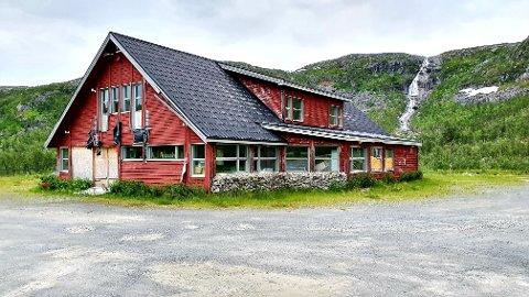 SELGES: Det kjente bygget ved Skogvannet, og tilhørende tomt på vel 60 mål, er igjen lagt ut for salg.