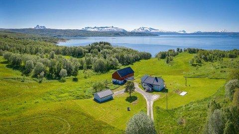 STOR INTERESSE: Både tyskere, nederlendere og folk langt sør i Norge var interessert i denne idylliske landbrukseiendommen. Nå er den solgt til over takst.