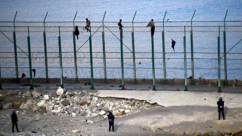 UTSATT BY: Den spanske enklaven Ceuta er konstant utsatt for migranter som ulovlig tar seg over det seks meter høye gjerdet som omringer byen. Det var fra denne byen malmbåten «Arkadia» la ut fra på vei mot Narvik.