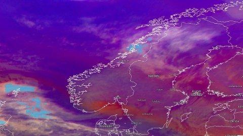 KULDE OG VIND: Denne helga byr værvarselet på mer enn minusgrader, nemlig vind opp i kuling styrke. Foto: (EUMETSAT)