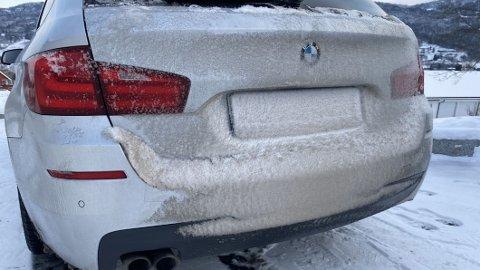 Vinteren har kommet til Norge for alvor. Det merkes godt, med både kalde temperaturer og mye snø. Den kombinasjonen kan gi utslag i mye snøføyk bak på bilen, og også dekket til bilskiltet, slik som på bildet. Da må du sørge for å fjerne snøen, slik at registreringsnummeret blir synlig.