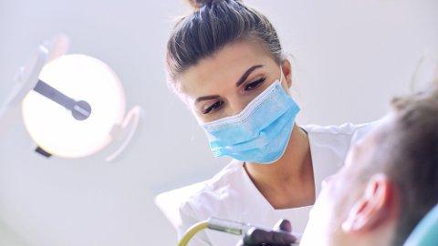 LØSE TENNER: Tannfestesykdommen periodontitt rammer en stor del av befolkningen. Likevel mener eksperten mange har lite kunnskap om den. Foto: Getty Images
