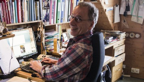 Foran tastaturet: Kurt Aust er i gang med finpussingen av hans ferskeste bok.Foto: Kine M. Bækkevold
