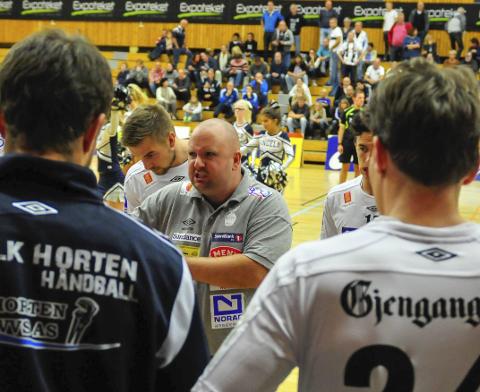 NÅ GJELDER DET: Fokus, konsentrasjon og tenning – det er stikkordene Daniel Birkelund, her mot Sandefjord, har til Falk-spillerne i dag. Foto: Aleksander Limkjær