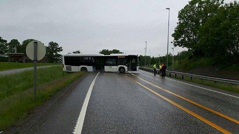 BOM FAST: Bussen fra Tide kom seg ikke videre etter denne manøveren.