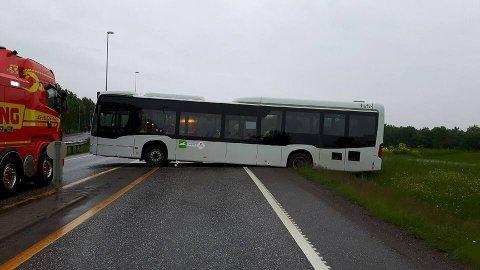SKULLE BARE SNU...: Slik sto bussen – midt på riksvei 19.