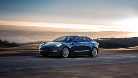 LANG VENTETID: Selv om produksjonen har startet, er det lenge til norske kunder får tilgang til Model 3.