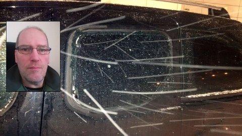 DYRT: I piskende snøvær tok Egil Sporsheim selv et bilde av den knuste bilruta. Først i dagslys ble det tydelig at hele siden på bilen var full av sår og hakk etter at en forbipasserende bil spolte forbi på den gruslagte parkeringsplassen.