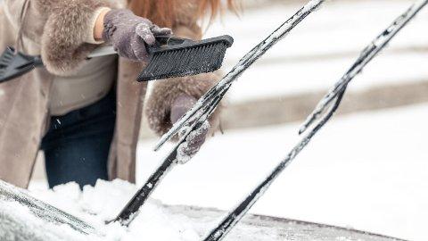 BILLIG LØSNING: Dette kan være et lurt triks for å unngå at vindusviskerne fryser fast.