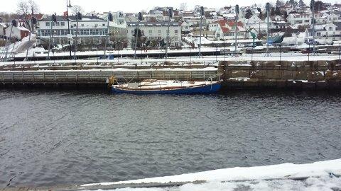 I VANNSKORPA: Siden i høst har denne 30 fots seilbåten ligget fortøyd ved innseilingen til søndre havnebasseng.