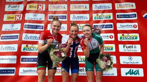 SØLVJENTE: Rikke Steen Enstad (t.v.) med sølvmedaljen på pallen etter fellesstarten for juniorer. Gullvinner Natalie Irene Midtsveen i midten og bronsevinner Ida Langørgen til høyre.