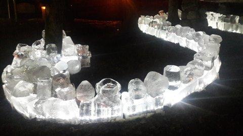 ÅPNET: Den flotte isskulpturen med lys i Munchparken ble åpnet torsdag kveld.