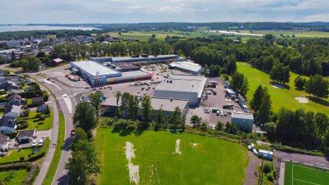 TETTE FLATER: Bygg og asfalterte områder for eksempel til parkering, gir tette flater og større muligheter for overvann. Her Horten handelspark og golfbanen til høyre på bildet.