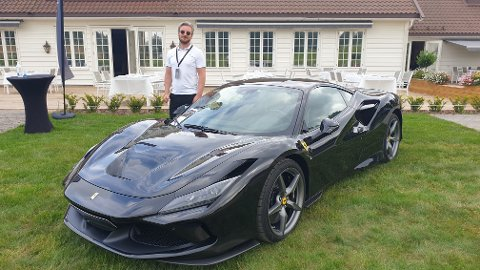 Selve stjerna i samlingen utenfor klubbhuset. Her viser Kristoffer Strømme fram en Ferrari Andre F8 Tributo 720 HK til kr 4.190.000