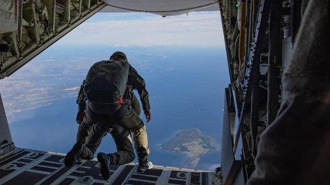 Her er fallskjermjegere på vei ut av transportflyet Hercules over Bastøy i Horten.