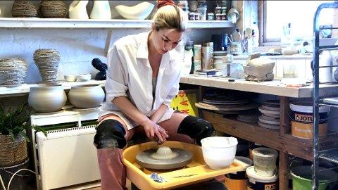 STIPEND: Nå er det penger å hente for kunstnere og idrettsutøvere. Keramiker Johanne Birkeland fra Færder ble tildelt kunstnerstipend i fjor.