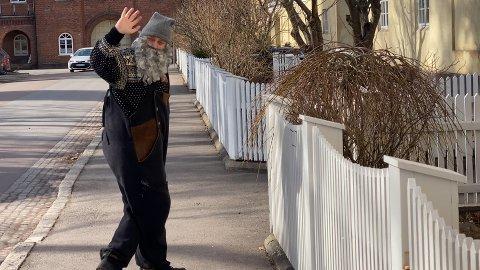 KARANTENEBESØK: Fjøsnissen på Buggegården reiser rundt på besøk til karantene-barn i påskeferien.
