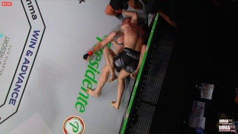 AVSLUTNINGEN: Marthin Hamlet (på topp) setter Dan Spohn ut av spill med en armtriangel fra guard.