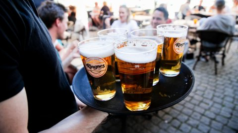 FORBUD: De nasjonale koronatiltakene forbyr blant annet skjenking av alkohol over hele landet.
