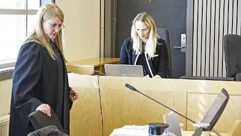 Statsadvokat Nina Grande (t.v.) brukte mesteparten av torsdagen i retten til å spela av videoopptak frå avhøyr. Her saman med politietterforskar Therese Stenlund, som er med som medhjelpar for Grande.
