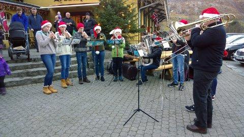 En gruppe fra Gjesdal Brassband fikk frem den rette julestemningen med sin nydelige juletoner.