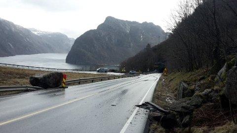 Bildet er fra et tidligere ras i Røyrdalen. Mesta skal drive fjellsikring på toppen av denne bakken, for å unngå at dette skjer flere ganger.