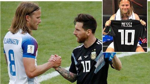 Her spør Birkir Bjarnason Lionel Messi om de skal bytte drakt.