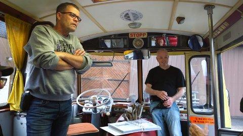Jørn Malde (t.v) og Øyvind Gilja vet ikke helt hvor denne interessen for veteranbusser kommer fra (foto: Årstein Gilje).