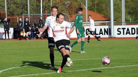 Her scorer Frøyland-kaptein Tommy Tønnesen i oppgjøret mot Varhaug i mai. Rett bak ham står lagkamerat Scott Vatne.