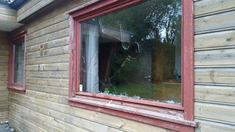 En gang mellom fredag og lørdag har noen valgt å knuse flere av vinduene til Skytterhuset på Ålgård.