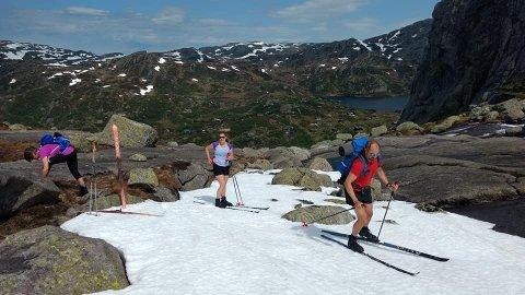Anne Karin Halås, Mette Lund og Kjell Morisbak Lund var med Jan Steinar Halås på skitur i Hunnedalen, midt i juni.
