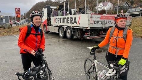 Anders Tornensis og Inger Ørmen er ikke fornøyde med at trailiere rygger ut av parkeringsplassen uten å ta hensyn til syklistene.