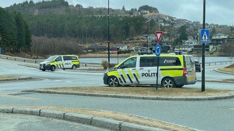 Politiet jaktet to menn som har blitt observert i de løp vekk fra en bil i Ånundskaret søndag ettermiddag. Bilen var påsatt skilter fra en annen bil som ble meldt stjålet kvelden før.