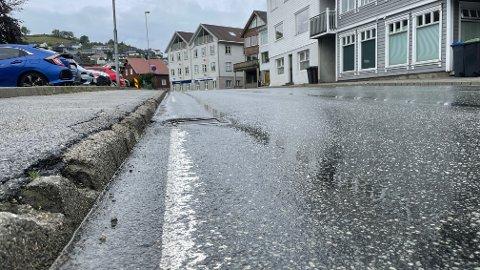 Veien gjennom Krambugata skal få ny asfalt og kantstein.